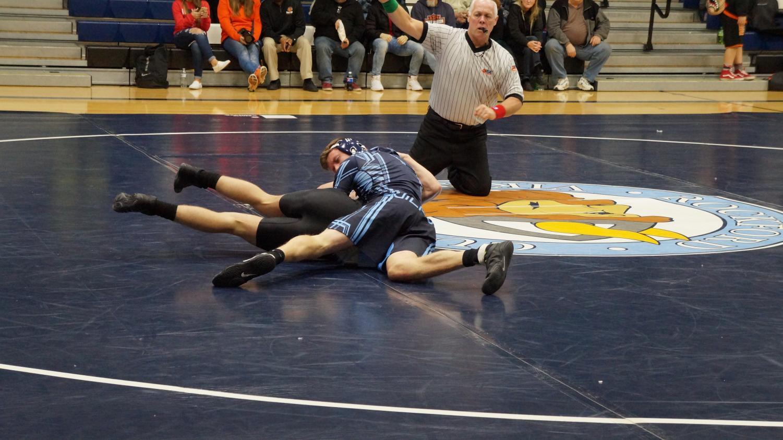 Magnus Swanson (12)pins opponent